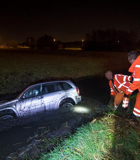 Auto raakt van de weg en belandt in sloot naast A12 bij Harmelen
