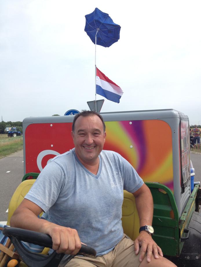 De ijsverkoper op Neeltje Jans. Zijn parasolletje hangt er wapperend bij.