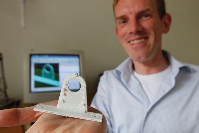 Robbert Vissers uit Nuenen heeft een eigen 3D-printer. foto Ton van de Meulenhof