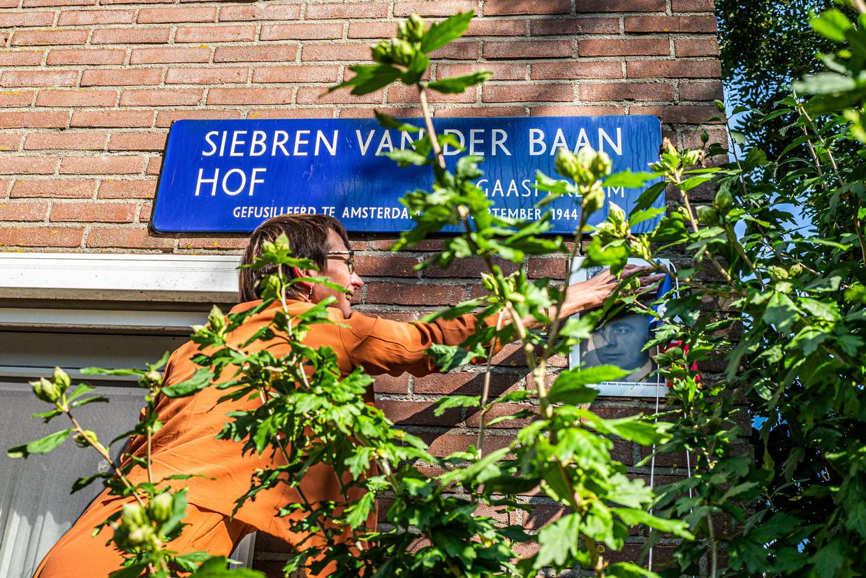 Joke Baars, kleindochter van Sieberen (met een e) van der Baan, onthult het portret van de Trouw-verzetsman.