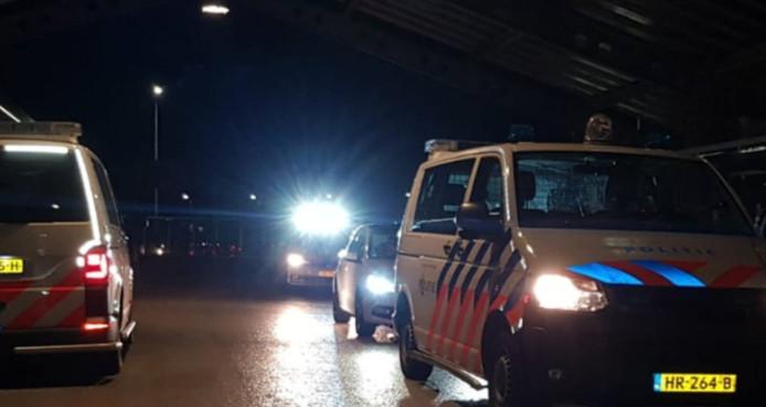 De politie heeft donderdagnacht  ter hoogte van Heinenoord twee automobilisten uit Amsterdam van de snelweg A29 gehaald.