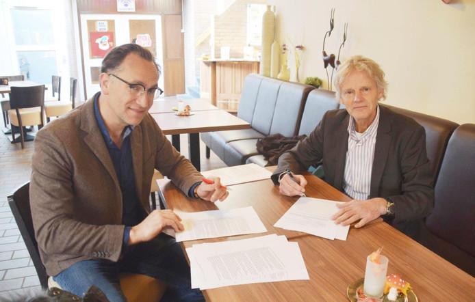 Peter van Ling (rechts) en Barend Kuenen bezegelen de verkoop van 38 appartementen aan de Drogerij.