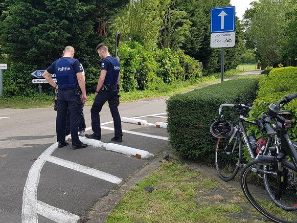 De politie inspecteert de verkeersremmers. Wilfried fietste tegen de eerste en viel met zijn hoofd op de tweede.