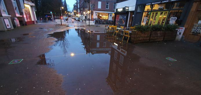Plas in Eerste van der Helststraat. Advies: omlopen.