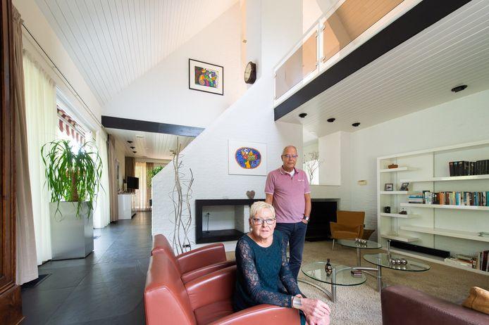 Anja en André van Gurp in de woonkamer van hun woning aan het Sperwerpad in Hank die al jaren te koop staat.