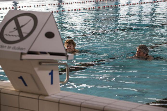 De 72-jarige Annie Visser kan met haar vriendinnengroepje eindelijk weer haar baantjes kan trekken in zwembad De IJsselslag.
