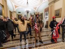 """Le """"chaman QAnon"""" et deux autres figures des violences au Congrès arrêtés et inculpés"""