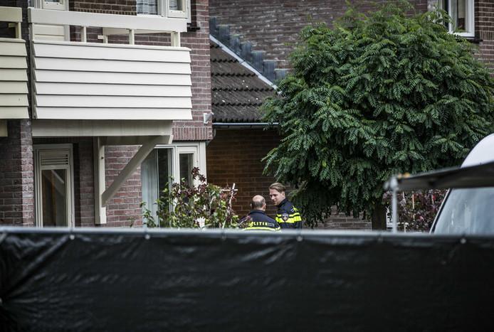 Politie doet onderzoek in Hengelo nadat de twee lichamen zijn aangetroffen.