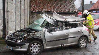 Bestuurder zwaargewond na botsing met vrachtwagen