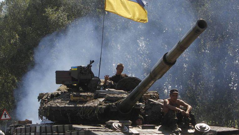 Oekraïense soldaten op een tank in het dorp Debaltseve. Beeld reuters