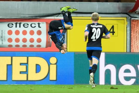 Kai Pröger van Paderborn viert zijn goal met een salto.