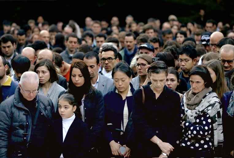 Franse burgers en Japanners rouwen bij de Franse ambassade in Tokio. Beeld ap