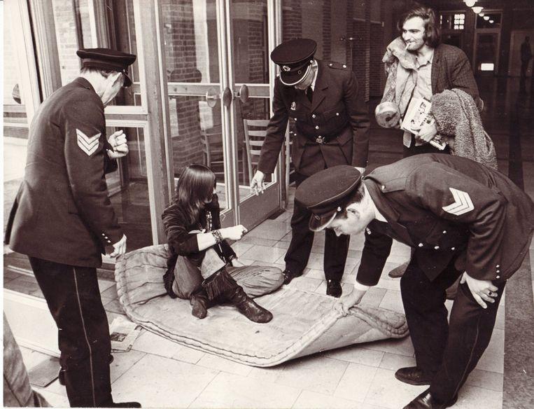 De Hengelose politie maakt in 1971 een einde aan de bezetting van het stadhuis door Fashion-jongeren, die protesteren tegen de sluiting van hun jongerencentrum. Beeld Gemeente Hengelo