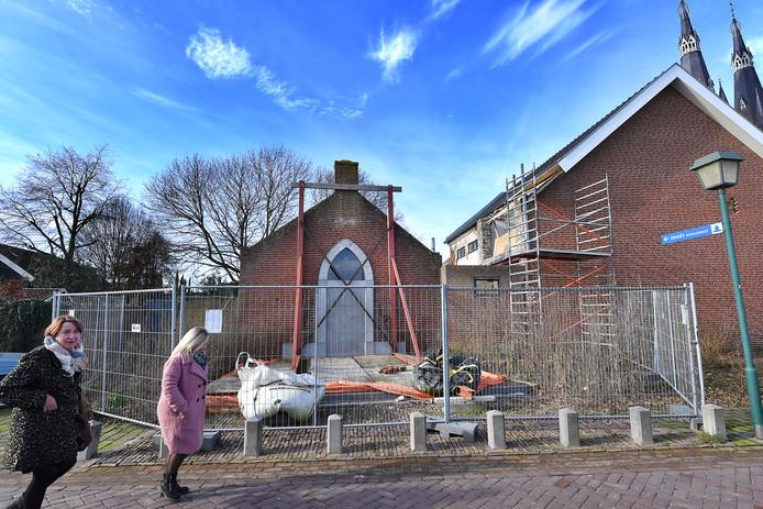 De gevel is gestut, bouwhekken staan eromheen. Het Joods Monument is niet toonbaar.