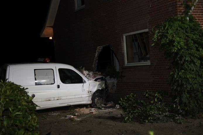 Auto rijdt woning in Schaijk naarbinnen