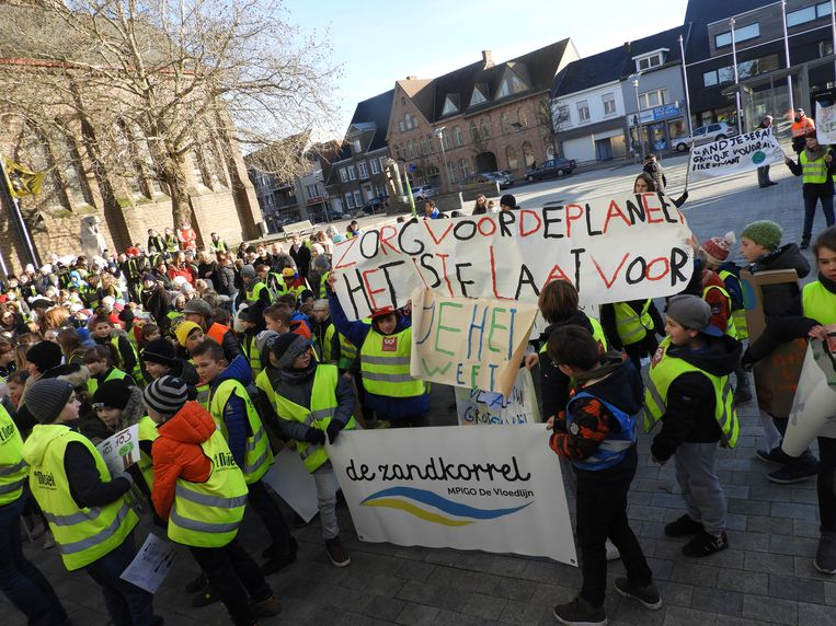 350 kinderen, personeelsleden en sympathisanten kwamen op straat tijdens de klimaatmars