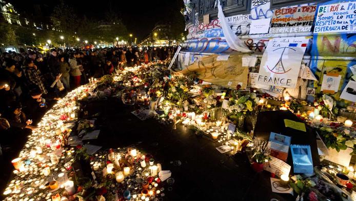 Kaarsen en bloemen op het place de la Republique in Parijs.