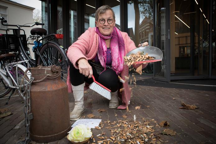 Evelien van den Berg raapt peuken voor bibliotheek en hoopt dat iemand haar wil helpen.