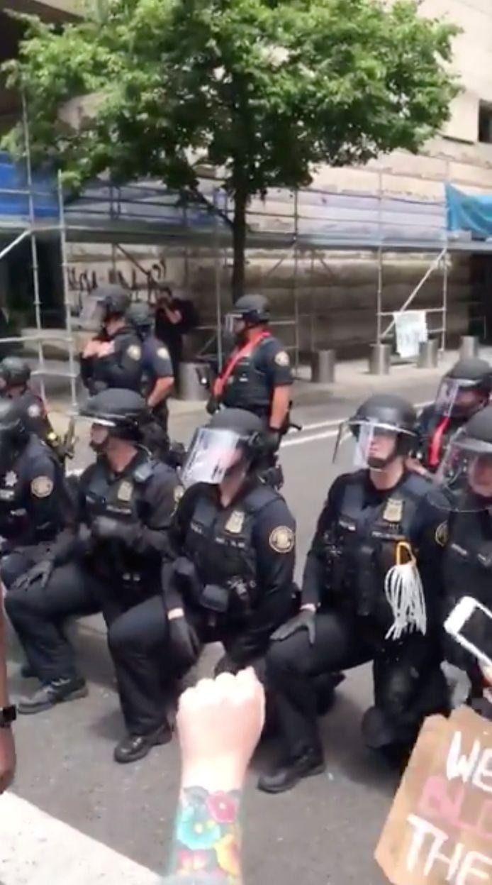 Les policiers s'agenouillent à Portland dans l'Oregon.