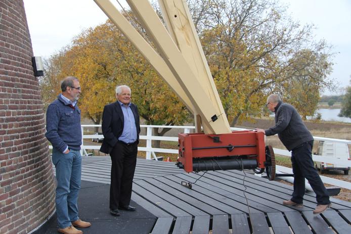 Collega-molenaars komen de restauratie bewonderen, links Kees van de Wiel van de molen uit Megen.