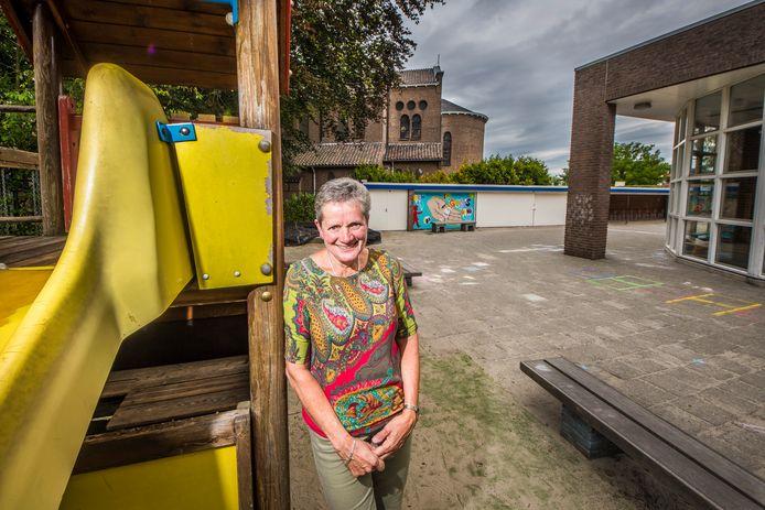 Joke Bosch juf neemt na 43 jaar afscheid van gereformeerde basisschool De Fakkel.