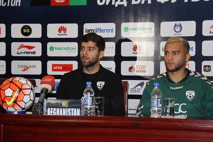 Anoush Dastgir (links) is tijdelijk de bondscoach van het Afghaanse elftal .