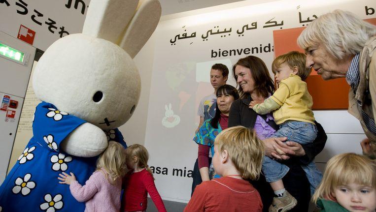 Kinderen knuffelen Nijntje in het Dick Bruna huis in Utrecht Beeld ANP