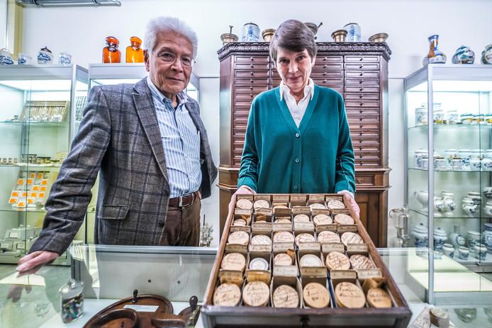Vrijwilligers Onke Tjiam en Marga Taal met een verzameling oude pillendoosjes van het museum.