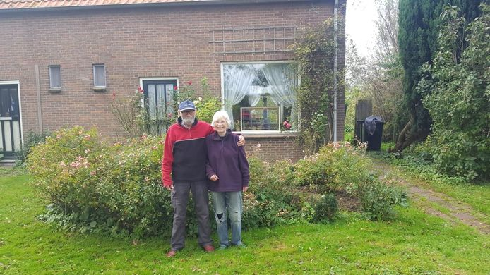 Jan en Yvonne Visscher voor hun huisje.