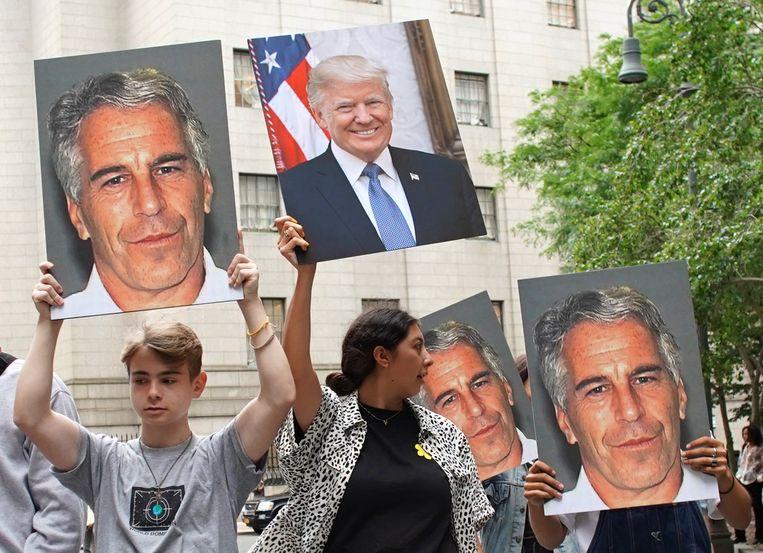 Demonstranten houden foto's van Jeffrey Epstein en president Donald Trump omhoog bij het Manhattan Federal Court in New York City.