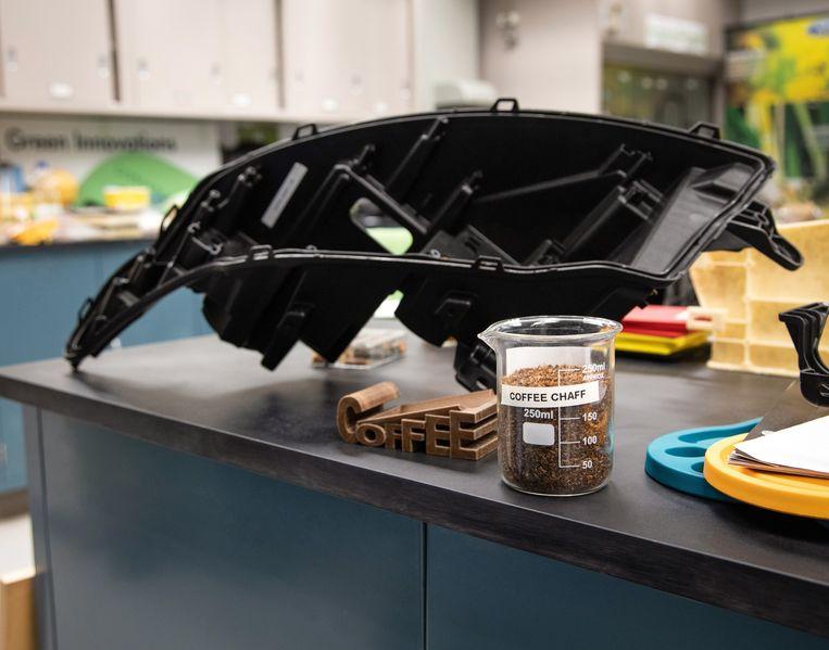 Ford maakt autokoplampbehuizingen van onder andere koffieresten. Beeld Ford