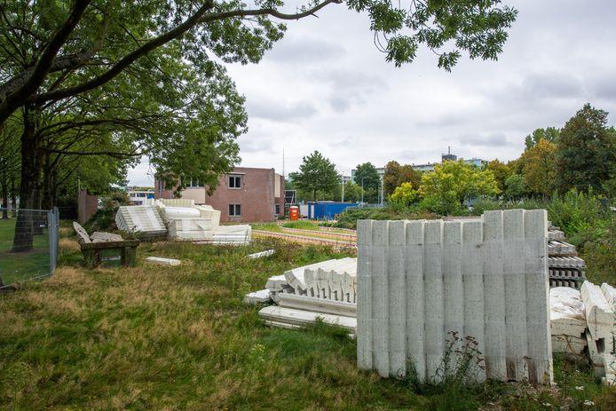De bouwmaterialen voor een Turkse moskee staan al maanden gereed aan de Vlaanderenstraat in Breda.
