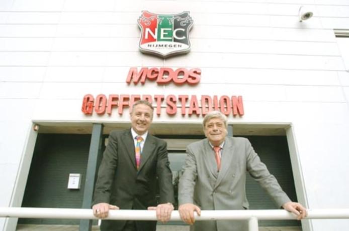 De komende en de gaande man bij NEC. Links Vincent Paes, naast hem Hans van Delft. Foto: Theo van Zwam/De Gelderlander
