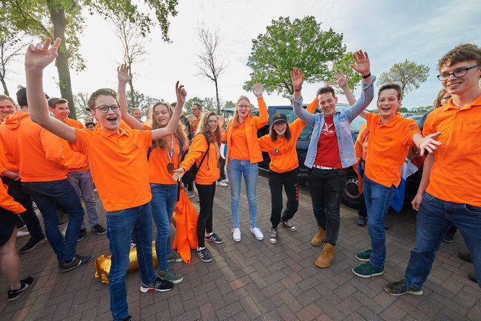 De leerlingen van het Zwijsen College uit het Team Robotica bij de ontvangst in Vorstenbosch.