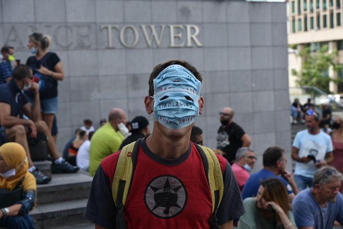 Viruswaanzin in Brussel. Een manifestant protesteert tegen de coronamaatregelen.