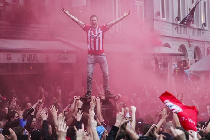 PSV-fans vieren feest bij de café's in het centrum als de Eindhovense club voor de 24e keer landskampioen is geworden.
