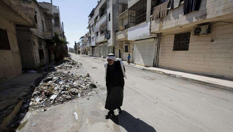 Een Syrische man in het centrum van Homs in de wijk Baba Amro.
