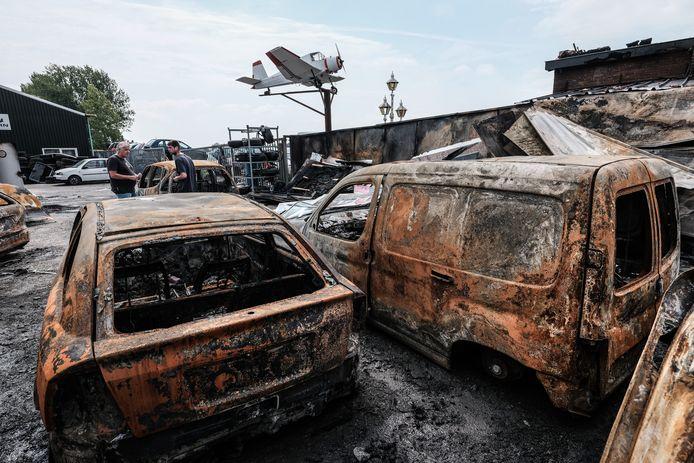 Deze autowrakken ontkwamen niet aan de brand.