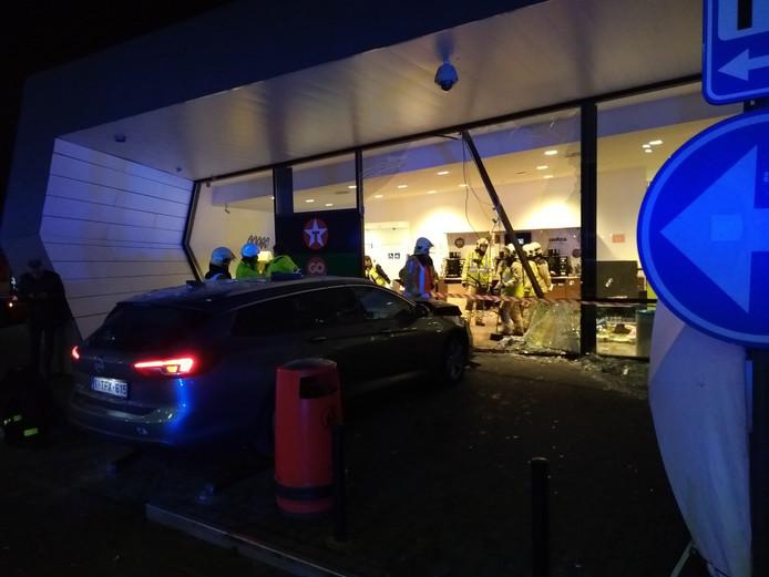 De schade aan het tankstation is na het ongeluk aanzienlijk.