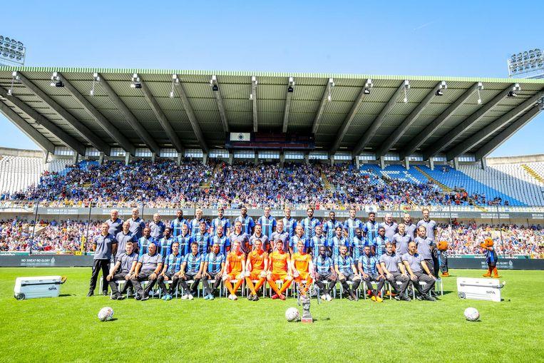 De voltallige ploeg en staff van Club Brugge met negentienduizend fans op de tribune.