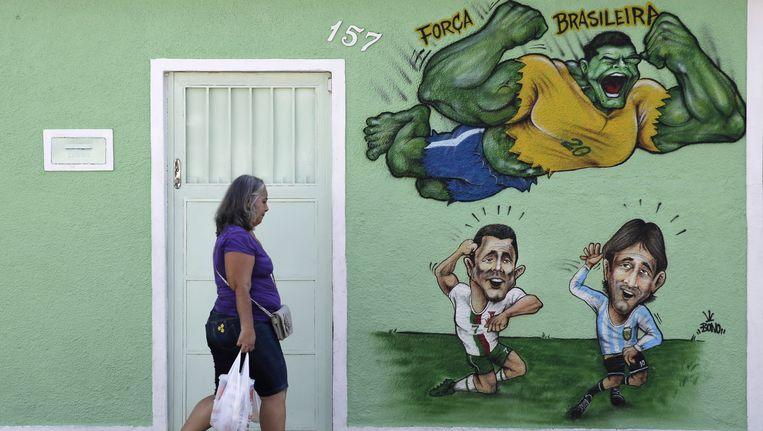 In Braziliër zijn Ronaldo en Messi als angsthazen te zien op een muurschildering. Schrik van (The) Hulk en Brazilië