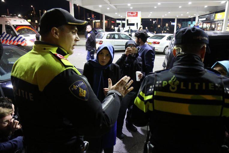Het konvooi van de Turkse minister Fatma Betul Sayan Kaya (Familiezaken) wordt tegengehouden door de politie bij een tankstation in de buurt van Feyenoordstadion De Kuip. Beeld anp