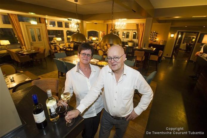 Het echtpaar Jan en Rineke Dijsselhof verlaten restaurant De Kroon in Hellendoorn.