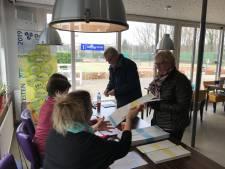 Eerste stemmer op nieuw stembureau De Hoef Heesch was er al heel vroeg bij