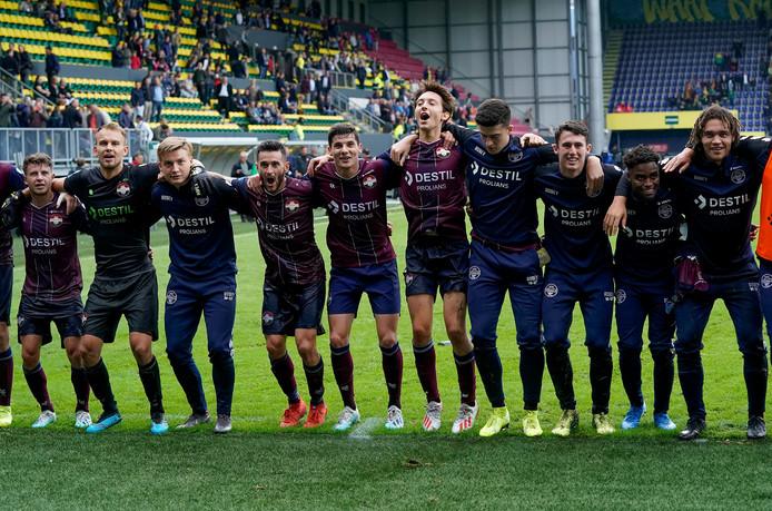 De spelers van Willem II vieren de 2-3-uitzege bij Fortuna Sittard.