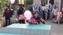 De kersverse winnares van de Zilveren Televizier-Ster Actrice gaat bij De Driekant direct enthousiast met de kinderen aan de slag.