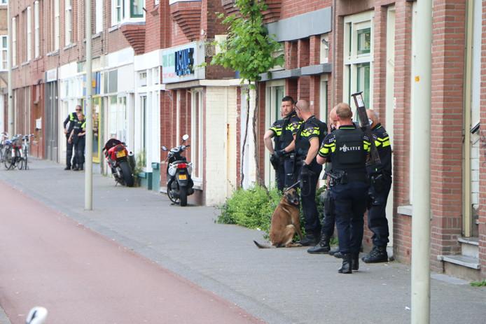 Agenten buiten de woning
