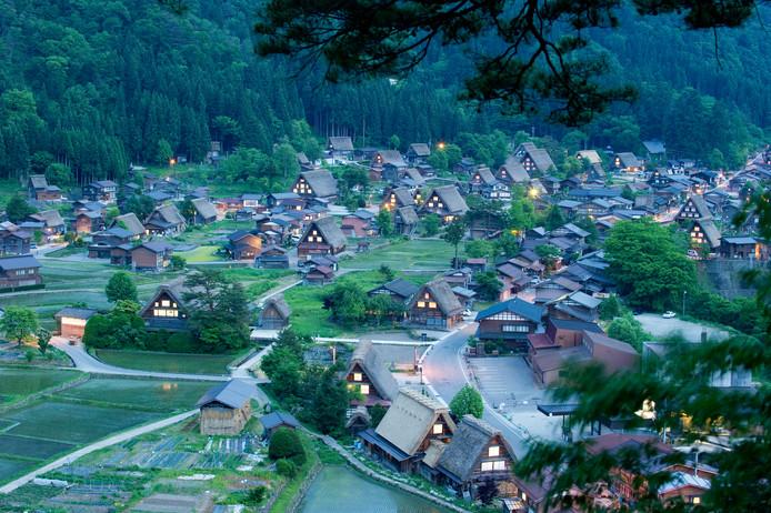 Overzichtsbeeld van Shirakawa, een traditioneel dorp op het Japanse platteland