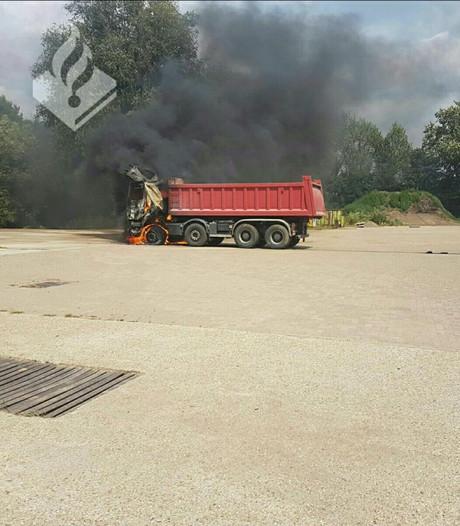 Vrachtwagen uitgebrand in Neerkant
