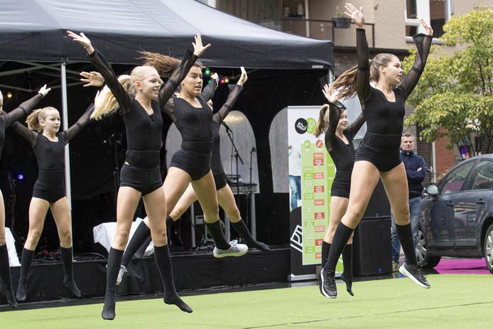 Het sport- en cultuurfestival in het centrum van Nijverdal had zaterdag last van de regen, maar dat deerde de meiden van de Sportvereniging Hellendoorn niet. Veel clubs vrezen de gevolgen van de dreigende bezuinigingen.